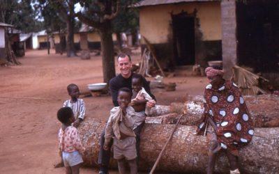 Père Raymond à la Dibamba avec les enfants
