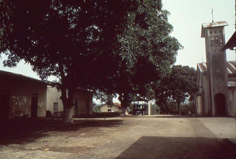 face à la chapelle, chambre de Robert première porte à gauche